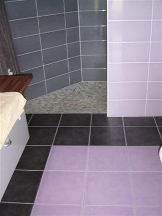 Salle de bain avec carrelage,faience et douche italienne avec galets sur la commune de SAINT HILAIRE DE CHALEONS - 44680